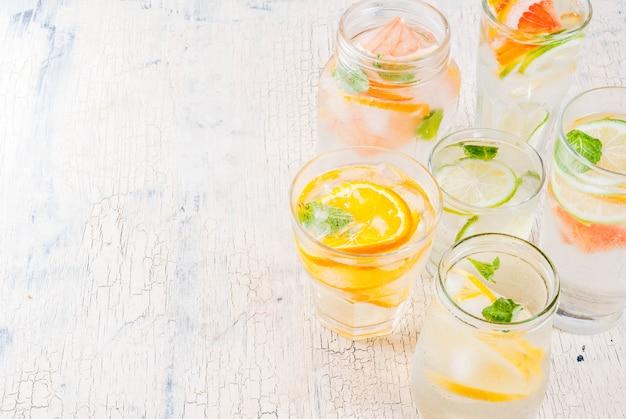 Letnie Zdrowe Koktajle, Zestaw Różnych Wód Cytrusowych, Lemoniady Lub Mojito Premium Zdjęcia