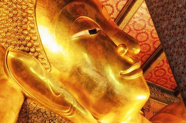 Leżący złoty posąg buddy. wat pho, bangkok, tajlandia. Premium Zdjęcia