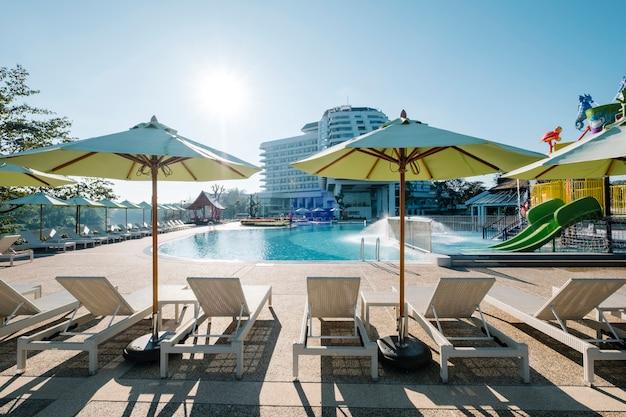 Leżak i basen w hotelu Darmowe Zdjęcia