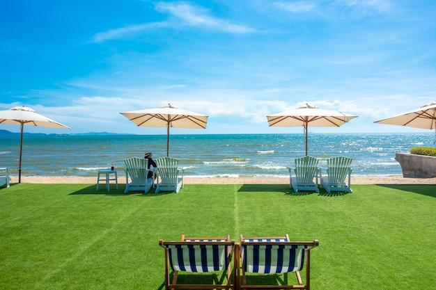 Leżaki Z Parasolem Na Plaży Premium Zdjęcia