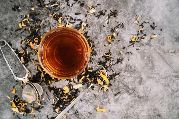 Leżał Płasko Filiżankę Herbaty Z Zaparzaczem Na Marmurowym Tle Darmowe Zdjęcia
