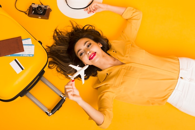 Leżał Płasko Z Kobietą Otoczoną Niezbędnikami Do Podróży Premium Zdjęcia