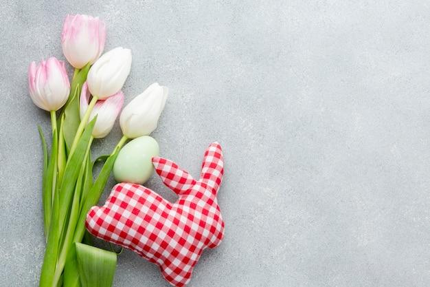 Leżał Płasko Z Kolorowych Tulipanów I Pisanki Z Dekoracją W Kształcie Królika Darmowe Zdjęcia