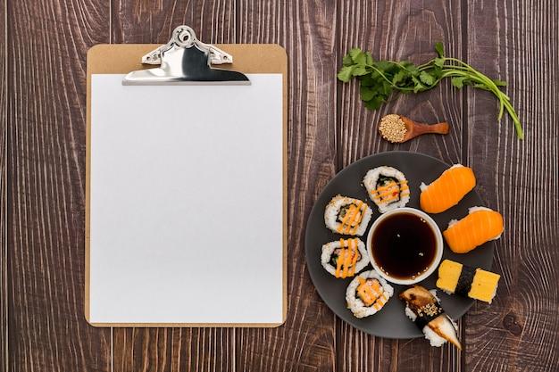 Leżał Z Pustym Menu Z Sushi Na Drewnianej Powierzchni Darmowe Zdjęcia
