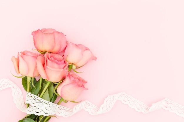 Leżał Z Różowych Róż Z Miejsca Kopiowania Darmowe Zdjęcia