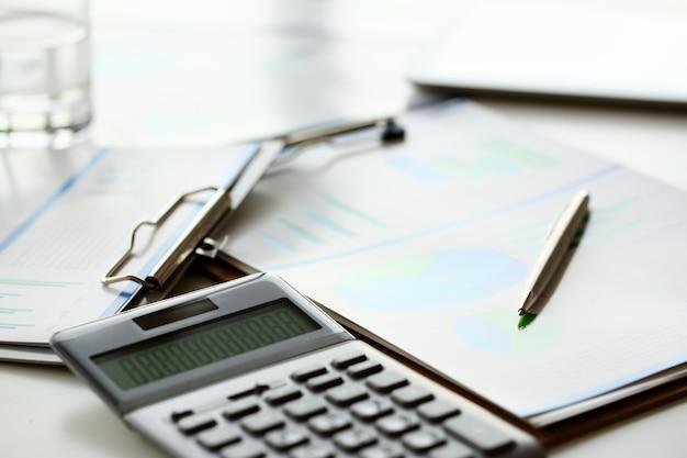 Leży Srebrny Kalkulator Z Szarą Klawiaturą Premium Zdjęcia
