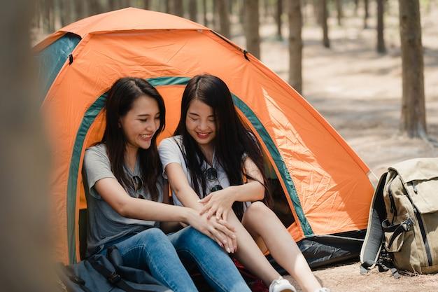 Lgbtq lesbijek para razem camping lub piknik w lesie Darmowe Zdjęcia