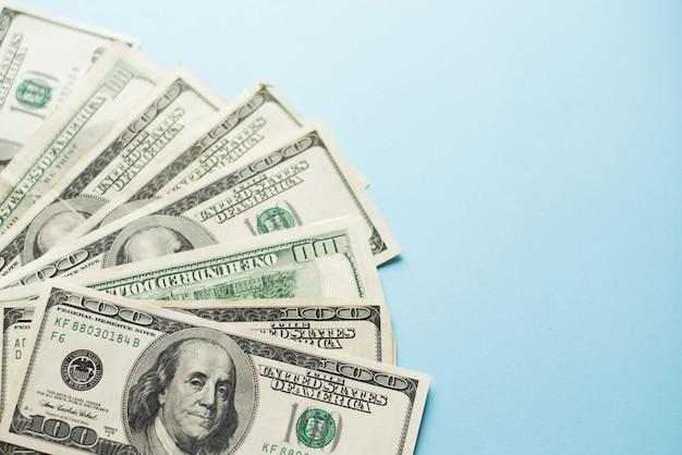 Liczba Stu Banknotów Dolarowych Na Jasnoniebieskim Tle. Premium Zdjęcia
