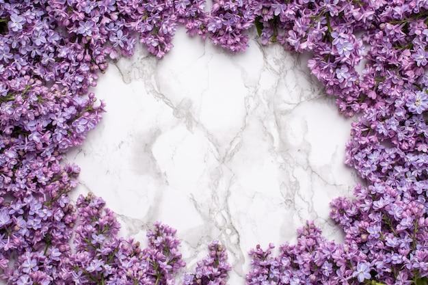 Lilac Kwiaty Na Tle Marmuru Z Copyspace Letni Kolor I Koncepcja Wakacje. Premium Zdjęcia