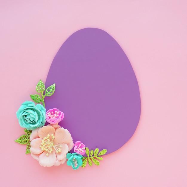 Liliowe Papierowe Jajko Na Różowym Tle I Papierowe Sztuczne Kwiaty I Liście. Miejsce Na Tekst. Wielkanocna Koncepcja. Premium Zdjęcia