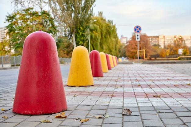 Linia Czerwonych I żółtych Betonowych Pachołków Do Objazdu Ruchu Premium Zdjęcia