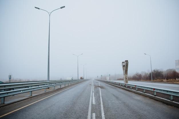Linia Podziału Na Drodze Jest Biała, Widok Z Dołu Na Utwardzoną Drogę. Oznaczenia Drogowe Na Asfalcie Na Ulicy. Premium Zdjęcia