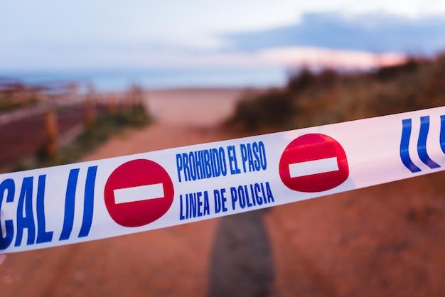 Linia Policji Z Efektem Rozmycia Tła Premium Zdjęcia