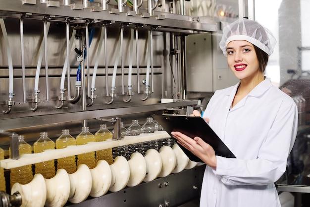 Linia produkcji żywności rafinowanego oleju słonecznikowego. Premium Zdjęcia