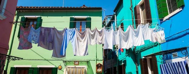 Linie Do Prania Z Suszącymi Się Ubraniami Na Podwórku W Burano. Darmowe Zdjęcia