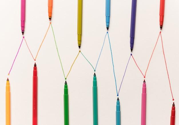 Linie Malowane Kolorowymi Markerami Na Białym Papierze Darmowe Zdjęcia