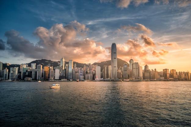 Linii horyzontu hong kong miasto przy zmierzchu widokiem od schronienia Premium Zdjęcia