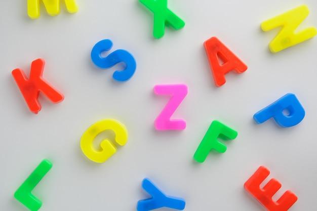 List Do Nauki Pisowni, Kolorowy List Pomaga Dzieciom W Nauce Premium Zdjęcia