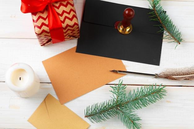 List do świętego mikołaja z pieczęcią lakową na drewnianym stole Premium Zdjęcia