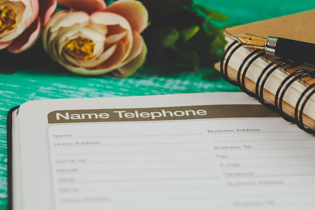 Lista Numerów Telefonicznych Na Stronie Terminarza Książek Z Tonem Kolorowym. Premium Zdjęcia