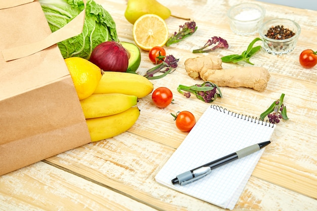 Lista zakupów, książka kucharska, plan diety. koncepcja sklepu spożywczego. Premium Zdjęcia