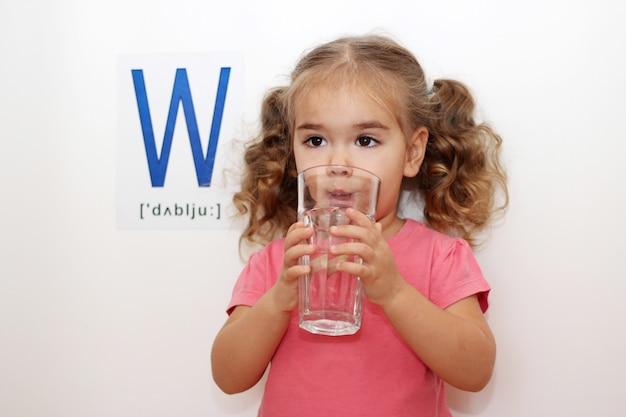 """Litera """"w"""" Jako Woda. śliczna Małej Dziewczynki Woda Pitna Premium Zdjęcia"""