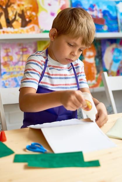 Little Boy Crafting W Klasie Premium Zdjęcia
