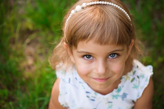 Llittle Dziewczyny Dziecko Plenerowy W Letnim Dniu. Premium Zdjęcia