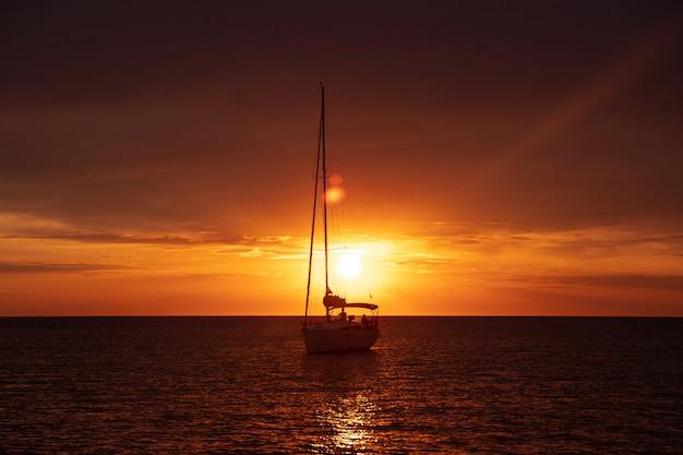 Łódkowata Wysyłka W Morzu Przy Zmierzchem Darmowe Zdjęcia