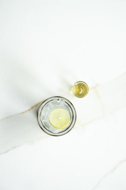Lodowa Herbata Cytrynowa Z Ciekłym Cukrem Na Białej Powierzchni Darmowe Zdjęcia