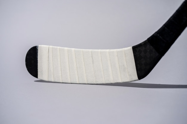 Lodowy hokejowy kij na odosobnionym białym tle Premium Zdjęcia