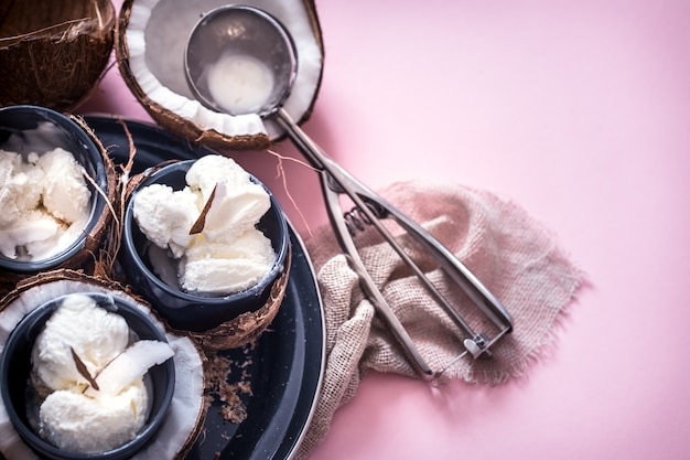 Lody Kokosowe Na Różowym Tle Darmowe Zdjęcia