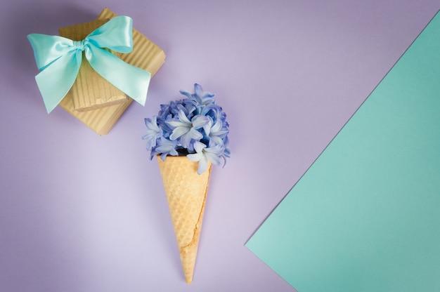 Lody róg lub stożek z fioletowy hiacynt na tle purpurowy - mięty. Premium Zdjęcia