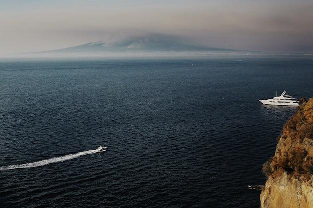 Łódź na morzu, góra na morzu. Premium Zdjęcia
