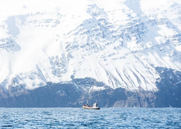 Łódź Na Morzu Z Niesamowitymi Skalistymi, Zaśnieżonymi Górami Darmowe Zdjęcia