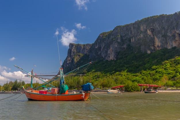 Łódź Rybacka W Andaman Morzu Tajlandia Premium Zdjęcia