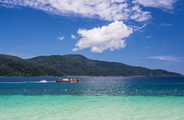 Łódź w morzu i bue niebie Premium Zdjęcia