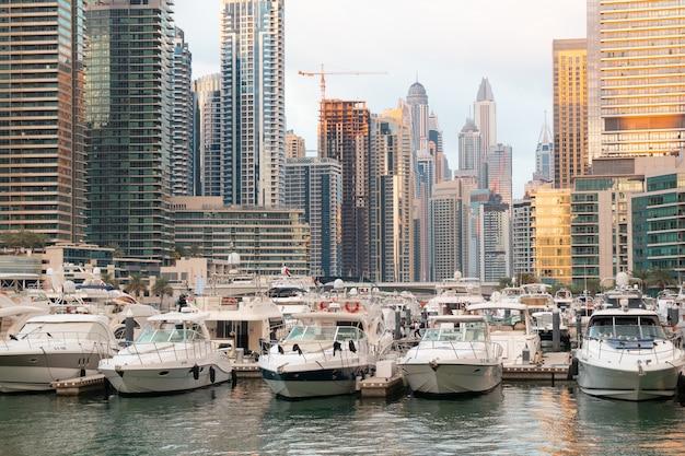 Łodzie, Jachty I Drapacze Chmur W Dubai Marina Premium Zdjęcia