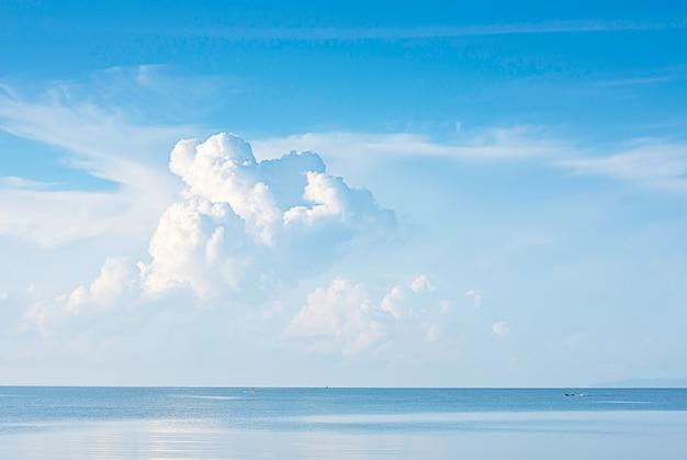Łodzie Rybackie Jadą W Morzu, A Chmury Na Niebie. Premium Zdjęcia