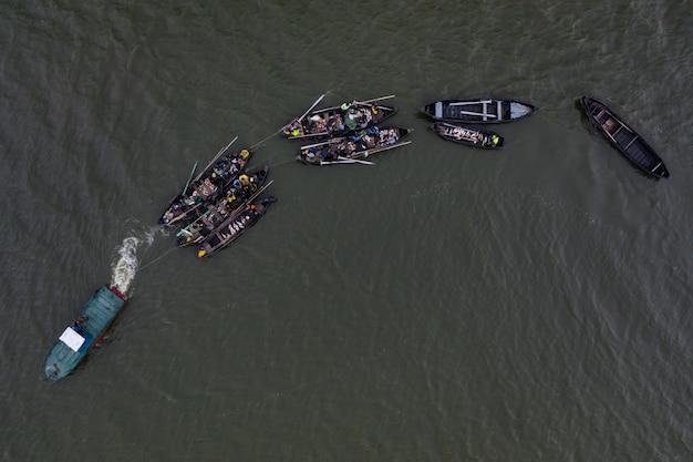 Łodzie Rybackie, Pływające Po Spokojnych Wodach I łowiące Ryby Darmowe Zdjęcia
