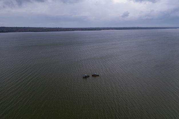 Łodzie Rybackie, Pływające Po Spokojnych Wodach I Wędrujące Pod Niebem Z Chmurami Darmowe Zdjęcia