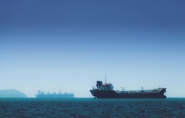 Logistyka i transport międzynarodowego kontenerowca w oceanie Premium Zdjęcia