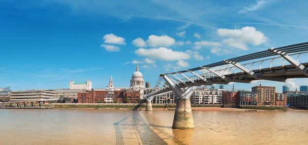 Londyn, panoramiczny widok na tamizę z panoramą londynu w jasny dzień Premium Zdjęcia