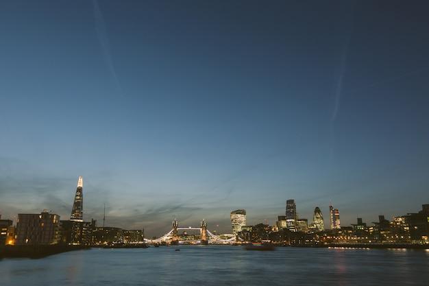 Londyn skyline o zmierzchu z tamizy na pierwszym planie Premium Zdjęcia