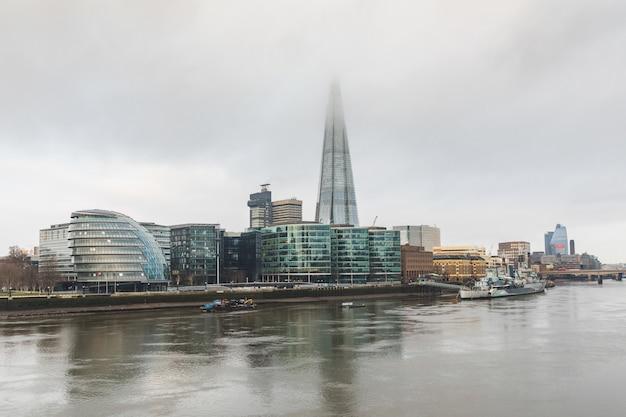 Londyn, Widok Na Miasto Z Drapaczami Chmur I Mgłą Premium Zdjęcia