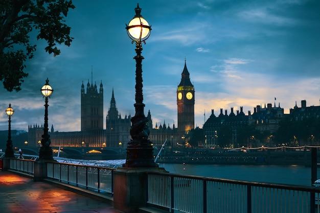 Londyńska zmierzch linia horyzontu bigben i thames Premium Zdjęcia