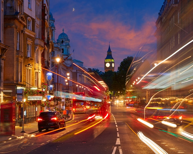 Londyński big ben z ruchu w trafalgar square Premium Zdjęcia