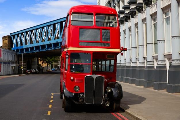 Londyński czerwony autobus tradycyjny stary Premium Zdjęcia