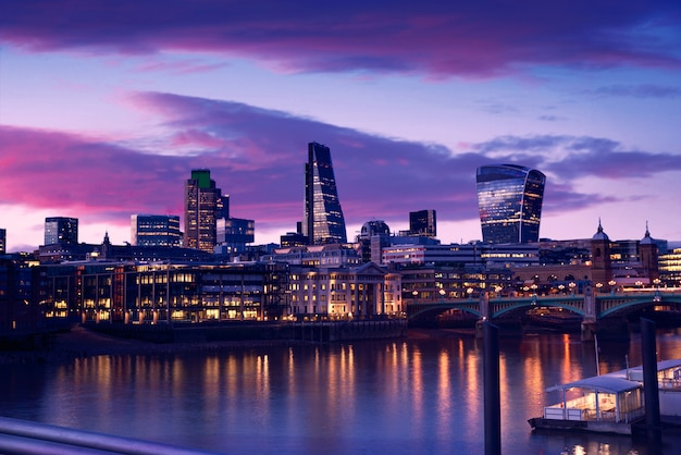 Londyński Linia Horyzontu Zmierzch Na Thames Rzece Premium Zdjęcia