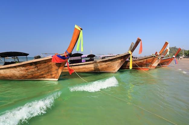 Longtail łodzie Przy Ao Nang Plażą, Krabi, Tajlandia Premium Zdjęcia
